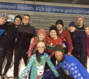 volwassenen schaatsen groep kerst trui om 13.24.23